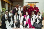 Его Святейшество Далай-лама фотографируется с Ганденом Трисуром Ризонгом Ринпоче, его сестрой и другими членами семьи в Матхо Пходранге. Ле, Ладак, штат Джамму и Кашмир, Индия. 20 июля 2017 г. Фото: Тензин Чойджор (офис ЕСДЛ)