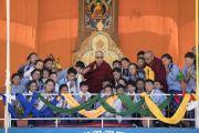 Его Святейшество Далай-лама фотографируется с учениками, которые провели философский диспут во время его визита в Тибетскую детскую деревню S.O.S в Чогламсаре. Ле, Ладак, штат Джамму и Кашмир, Индия. 25 июля 2017 г. Фото: Тензин Чойджор (офис ЕСДЛ)