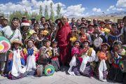 Его Святейшество Далай-лама фотографируется с юными артистами, выступавшими во время его визита в Тибетскую детскую деревню S.O.S в Чогламсаре. Ле, Ладак, штат Джамму и Кашмир, Индия. 25 июля 2017 г. Фото: Тензин Чойджор (офис ЕСДЛ)