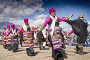 Местные артисты в традиционных тибетских одеяниях выступают во время визита Его Святейшества Далай-ламы в Тибетскую детскую деревню S.O.S в Чогламсаре. Ле, Ладак, штат Джамму и Кашмир, Индия. 25 июля 2017 г. Фото: Тензин Чойджор (офис ЕСДЛ)