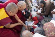 Его Святейшество Далай-лама утешает пожилую тибетскую женщину по прибытии в Тибетскую детскую деревню S.O.S в Чогламсаре. Ле, Ладак, штат Джамму и Кашмир, Индия. 25 июля 2017 г. Фото: Тензин Чойджор (офис ЕСДЛ)