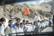 Школьники выстроились вдоль дороги, чтобы хоть мельком увидеть Его Святейшество Далай-ламу, направляющегося из Шивацель в женский монастырь Дуджом. Ше, Ладак, штат Джамму и Кашмир, Индия. 26 июля 2017 г. Фото: Тензин Чойджор (офис ЕСДЛ)