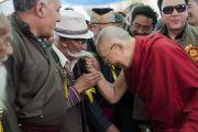 По прибытии в Ид-Гах Его Святейшество Далай-лама шутливо приветствует представителей местного мусульманского сообщества. Ле, Ладак, штат Джамму и Кашмир, Индия. 26 июля 2017 г. Фото: Тензин Чойджор (офис ЕСДЛ)