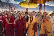 Ургьен Ринпоче встречает Его Святейшество Далай-ламу, прибывшего на церемонию открытия женского монастыря Дуджом. Ше, Ладак, штат Джамму и Кашмир, Индия. 26 июля 2017 г. Фото: Тензин Чойджор (офис ЕСДЛ)