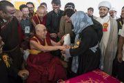 Верующие из местного мусульманского сообщества благодарят Его Святейшество Далай-ламу по завершении встречи в Ид-Гахе. Ле, Ладак, штат Джамму и Кашмир, Индия. 26 июля 2017 г. Фото: Тензин Чойджор (офис ЕСДЛ)