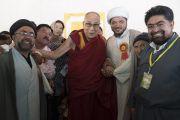Его Святейшество Далай-лама с представителями шиитской мусульманской общины во время визита в Ид-Гах. Ле, Ладак, штат Джамму и Кашмир, Индия. 26 июля 2017 г. Фото: Тензин Чойджор (офис ЕСДЛ)