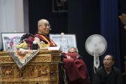 Его Святейшество Далай-лама обращается к собравшимся во время семинара «Гармония в местном сообществе – залог мира во всем мире», организованного в Центральном институте буддологии. Ле, Ладак, штат Джамму и Кашмир, Индия. 27 июля 2017 г. Фото: Тензин Чойджор (офис ЕСДЛ)