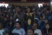 Супружеская пара слушает ответ Его Святейшества Далай-ламы на их вопрос, заданный в ходе семинара «Гармония в местном сообществе – залог мира во всем мире». Ле, Ладак, штат Джамму и Кашмир, Индия. 27 июля 2017 г. Фото: Тензин Чойджор (офис ЕСДЛ)