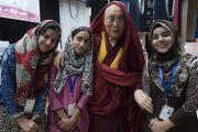 Юные студентки из Кашмира фотографируются с Его Святейшеством Далай-ламой по завершении семинара «Гармония в местном сообществе – залог мира во всем мире», организованного в Центральном институте буддологии. Ле, Ладак, штат Джамму и Кашмир, Индия. 27 июля 2017 г. Фото: Тензин Чойджор (офис ЕСДЛ)