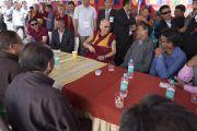 После обеда Его Святейшество Далай-лама общается с организаторами его визита в комплекс Синдху Даршан. Ле, Ладак, штат Джамму и Кашмир, Индия. 27 июля 2017 г. Фото: Тензин Чойджор (офис ЕСДЛ)