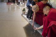 Во время визита в комплекс Синдху Даршан Его Святейшество Далай-лама окунает руки в воды Инда – реки, берущей истоки в ледниках Тибета. Ле, Ладак, штат Джамму и Кашмир, Индия. 27 июля 2017 г. Фото: Тензин Чойджор (офис ЕСДЛ)