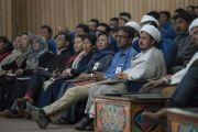 Участники семинара «Гармония в местном сообществе – залог мира во всем мире» слушают обращение Его Святейшества Далай-ламы. Ле, Ладак, штат Джамму и Кашмир, Индия. 27 июля 2017 г. Фото: Тензин Чойджор (офис ЕСДЛ)
