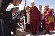 Его Святейшество Далай-лама прибывает в комплекс, устроенный для проведения фестиваля Синдху Даршан. Ле, Ладак, штат Джамму и Кашмир, Индия. 27 июля 2017 г. Фото: Тензин Чойджор (офис ЕСДЛ)