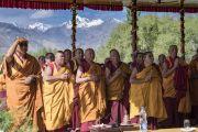Старшие монахи ожидают прибытия Его Святейшества Далай-ламы на площадку учений Шивацель в начале первого дня учений по поэме Шантидевы «Путь бодхисаттвы». Ле, Ладак, штат Джамму и Кашмир, Индия. 28 июля 2017 г. Фото: Тензин Чойджор (офис ЕСДЛ)