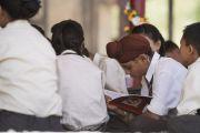 Юные слушатели следят по тексту за Его Святейшеством Далай-ламой, читающим поэму Шантидевы «Путь бодхисаттвы». Ле, Ладак, штат Джамму и Кашмир, Индия. 28 июля 2017 г. Фото: Тензин Чойджор (офис ЕСДЛ)