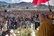 Его Святейшество Далай-лама приветствует верующих по прибытии на площадку учений Шивацель. Ле, Ладак, штат Джамму и Кашмир, Индия. 28 июля 2017 г. Фото: Тензин Чойджор (офис ЕСДЛ)