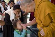 Маленькая девочка почтительно приветствует Его Святейшество Далай-ламу возле его резиденции в Чогламсаре. Ле, Ладак, штат Джамму и Кашмир, Индия. 28 июля 2017 г. Фото: Тензин Чойджор (офис ЕСДЛ)
