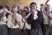 Школьники почтительно провожают Его Святейшество Далай-ламу, покидающего площадку учений Шивацель. Ле, Ладак, штат Джамму и Кашмир, Индия. 30 июля 2017 г. Фото: Тензин Чойджор (офис ЕСДЛ)