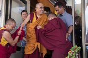 Его Святейшество Далай-лама с улыбкой смотрит на верующих, покидая павильон Шивацель по завершении учений по поэме Шантидевы «Путь бодхисаттвы». Ле, Ладак, штат Джамму и Кашмир, Индия. 30 июля 2017 г. Фото: Тензин Чойджор (офис ЕСДЛ)