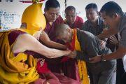 Его Святейшество Далай-лама пожимает руку пожилому ладакцу во время посвящения долгой жизни Белой Тары. Ле, Ладак, штат Джамму и Кашмир, Индия. 30 июля 2017 г. Фото: Тензин Чойджор (офис ЕСДЛ)