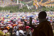 Монах совершает ритуальные подношения в начале посвящения долгой жизни Белой Тары, даруемого Его Святейшеством Далай-ламой. Ле, Ладак, штат Джамму и Кашмир, Индия. 30 июля 2017 г. Фото: Тензин Чойджор (офис ЕСДЛ)