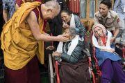 Во время встречи с верующими в своей резиденции в Шивацель Его Святейшество Далай-лама утешает престарелых и немощных. Ле, Ладак, штат Джамму и Кашмир, Индия. 30 июля 2017 г. Фото: Тензин Чойджор (офис ЕСДЛ)