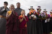 Верующие почтительно встречают Его Святейшество Далай-ламу в начале заключительного дня учений по поэме Шантидевы «Путь бодхисаттвы». Ле, Ладак, штат Джамму и Кашмир, Индия. 30 июля 2017 г. Фото: Тензин Чойджор (офис ЕСДЛ)