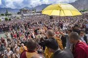 По прибытии в павильон Шивацель Его Святейшество Далай-лама приветствует более 60,000 верующих, собравшихся на учения по поэме Шантидевы «Путь бодхисаттвы». Ле, Ладак, штат Джамму и Кашмир, Индия. 30 июля 2017 г. Фото: Тензин Чойджор (офис ЕСДЛ)