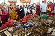 Его Святейшество Далай-лама благословляет пилюли долгой жизни для посвящения долгой жизни Белой Тары. Ле, Ладак, штат Джамму и Кашмир, Индия. 30 июля 2017 г. Фото: Тензин Чойджор (офис ЕСДЛ)