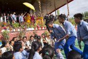Школьники проводят философский диспут, в то время как Его Святейшество Далай-лама прибывает в павильон Шивацель в начале заключительного дня учений по поэме Шантидевы «Путь бодхисаттвы». Ле, Ладак, штат Джамму и Кашмир, Индия. 30 июля 2017 г. Фото: Тензин Чойджор (офис ЕСДЛ)