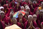 Монахи читают молитвенные строфы, в то время как Его Святейшество Далай-лама совершает подготовительные церемонии для посвящения долгой жизни Белой Тары. Ле, Ладак, штат Джамму и Кашмир, Индия. 30 июля 2017 г. Фото: Тензин Чойджор (офис ЕСДЛ)