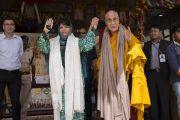 Его Святейшество Далай-лама и главный министр штата Джамму и Кашмир Мехбуба Муфти Саид во время заключительного дня учений по поэме Шантидевы «Путь бодхисаттвы». Ле, Ладак, штат Джамму и Кашмир, Индия. 30 июля 2017 г. Фото: Тензин Чойджор (офис ЕСДЛ)
