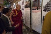 Его Святейшество Далай-лама рассматривает экспонаты выставки, посвященной Агвану Доржиеву, в начале первого дня диалога с российскими учеными «Природа сознания». Нью-Дели, Индия. 7 августа 2017 г. Фото: Тензин Чойджор (офис ЕСДЛ)