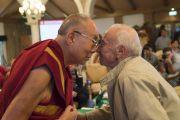 Его Святейшество Далай-лама шутливо приветствует одного из участников диалога с российскими учеными «Природа сознания». Нью-Дели, Индия. 7 августа 2017 г. Фото: Тензин Чойджор (офис ЕСДЛ)
