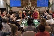 Его Святейшество Далай-лама комментирует доклад профессора Константина Анохина о нейронауке в ходе первого дня диалога с российскими учеными «Природа сознания». Нью-Дели, Индия. 7 августа 2017 г. Фото: Тензин Чойджор (офис ЕСДЛ)