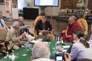 Давид Дубровский использует стакан в качестве примера в ходе второго дня диалога Его Святейшества Далай-ламы с российскими учеными «Природа сознания». Нью-Дели, Индия. 8 августа 2017 г. Фото: Тензин Чойджор (офис ЕСДЛ)
