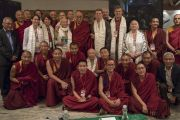 По завершении диалога с российскими учеными «Природа сознания» Его Святейшество Далай-лама фотографируется с докладчиками и монахами-учеными. Нью-Дели, Индия. 8 августа 2017 г. Фото: Тензин Чойджор (офис ЕСДЛ)