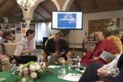 Его Святейшество Далай-лама беседует с Марией Фаликман, представившей доклад во время второго дня диалога с российскими учеными «Природа сознания». Нью-Дели, Индия. 8 августа 2017 г. Фото: Тензин Чойджор (офис ЕСДЛ)