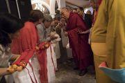 Его Святейшество Далай-лама приветствует слушателей в начале второго дня диалога с российскими учеными «Природа сознания». Нью-Дели, Индия. 8 августа 2017 г. Фото: Тензин Чойджор (офис ЕСДЛ)