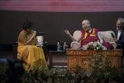 Его Святейшество Далай-лама отвечает на комментарии модератора встречи Рини Кханны. Нью-Дели, Индия. 10 августа 2017 г. Фото: Тензин Чойджор (офис ЕСДЛ)