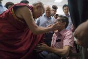 По прибытии в конференц-зал Сири Форт Его Святейшество Далай-лама приветствует мужчину в инвалидной коляске. Нью-Дели, Индия. 10 августа 2017 г. Фото: Тензин Чойджор (офис ЕСДЛ)
