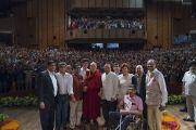 Его Святейшество Далай-лама с членами Ассоциации британских ученых-философов, организовавшими лекцию «Искусство быть счастливым» в конференц-зале Сири Форт. Нью-Дели, Индия. 10 августа 2017 г. Фото: Тензин Чойджор (офис ЕСДЛ)