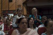 Пожилые тибетские женщины выражают почтение Его Святейшеству Далай-ламе, в то время как он обращается к тибетцам, собравшимся в конференц-зале Сири Форт. Нью-Дели, Индия. 10 августа 2017 г. Фото: Тензин Чойджор (офис ЕСДЛ)