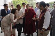 Члены организационного комитета Ассоциации британских ученых-философов приветствуют Его Святейшество Далай-ламу, прибывшего в конференц-зал Сири Форт. Нью-Дели, Индия. 10 августа 2017 г. Фото: Тензин Чойджор (офис ЕСДЛ)