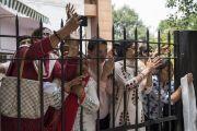 Верующие провожают Его Святейшество Далай-ламу, покидающего конференц-зал Сири Форт. Нью-Дели, Индия. 10 августа 2017 г. Фото: Тензин Чойджор (офис ЕСДЛ)