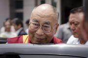 Покидая конференц-зал Сири Форт по завершении лекции, Его Святейшество Далай-лама улыбается своим почитателям. Нью-Дели, Индия. 10 августа 2017 г. Фото: Тензин Чойджор (офис ЕСДЛ)