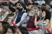 Участники семинара «Мир и гармония во всем мире с опорой на межконфессиональный диалог» слушают обращение Его Святейшества Далай-ламы. Мумбаи, штат Махараштра, Индия. 13 августа 2017 г. Фото: Тензин Чойджор (офис ЕСДЛ)
