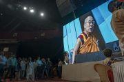 Участники семинара «Мир и гармония во всем мире с опорой на межконфессиональный диалог» смотрят выступление Его Святейшества Далай-ламы на большом экране. Мумбаи, штат Махараштра, Индия. 13 августа 2017 г. Фото: Тензин Чойджор (офис ЕСДЛ)