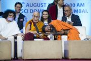 Мастер йоги Свами Рамдев шутливо общается с Его Святейшеством Далай-ламой во время семинара «Мир и гармония во всем мире с опорой на межконфессиональный диалог». Мумбаи, штат Махараштра, Индия. 13 августа 2017 г. Фото: Тензин Чойджор (офис ЕСДЛ)