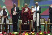 Его Святейшество Далай-лама и его содокладчики представляют публике новый учебник в ходе церемонии запуска программы изучения светской этики в высших учебных заведениях. Мумбаи, штат Махараштра, Индия. 14 августа 2017 г. Фото: Тензин Чойджор (офис ЕСДЛ)